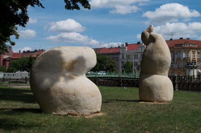 """Filomena Borecka """"inter-dépendance"""" sculpture en grès, Hradec Kralové, 2009"""